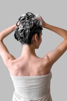 Porträtfrau, die haare wäscht
