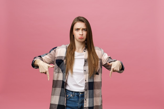 Porträtfrau, die mit dem finger zeigt