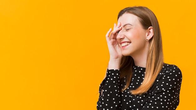 Porträtfrau, die mit kopierraum lacht