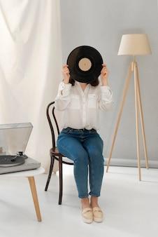 Porträtfrau, die musik beim abholen hört