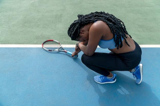 Porträtfrau, die tennis spielt