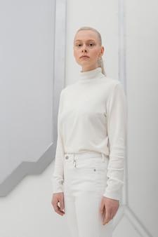 Porträtfrau, die weiße kleidung trägt