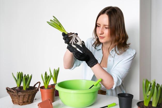 Porträtfrau, die zwiebeln pflanzt