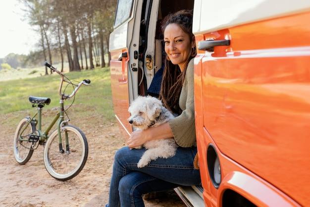 Porträtfrau im auto mit hund