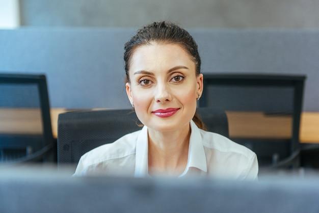 Porträtfrau im büro