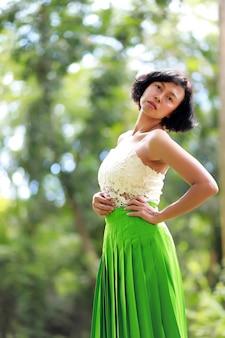 Porträtfrau im grünen wald. asiatische frau bei thailand.