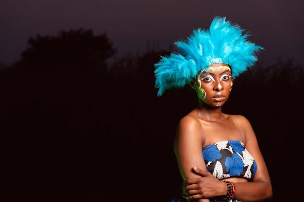 Porträtfrau in der nacht am karneval