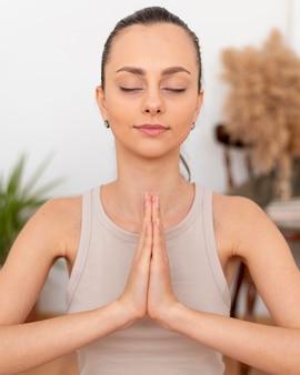 Porträtfrau meditiert