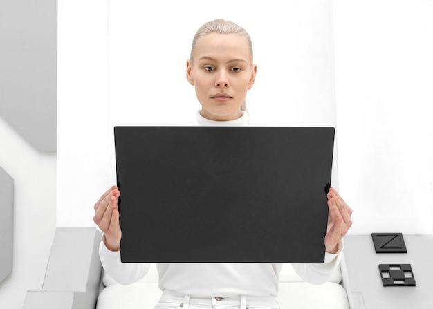 Porträtfrau mit digitalem tablett Premium Fotos