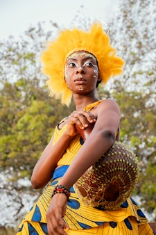 Porträtfrau mit kostüm für karneval