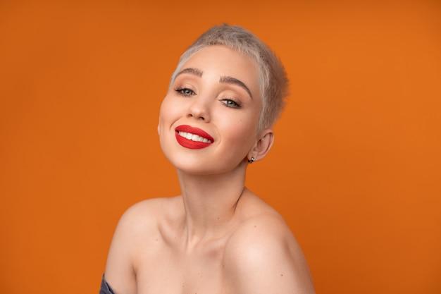 Porträtfrau mit kurzen haaren rote lippen studioaufnahme