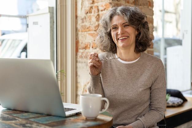 Porträtfrau mit laptop arbeiten
