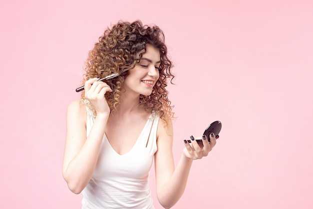 Porträtfrau mit make-up-pinseln