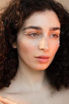 Porträtfrau mit perlen bilden