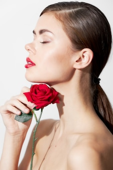 Porträtfrau mit roten lippen und blume