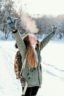Porträtfrau mit rucksack am wintertag
