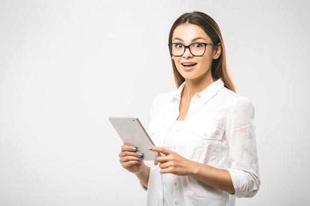 Porträtfrau mit tablette