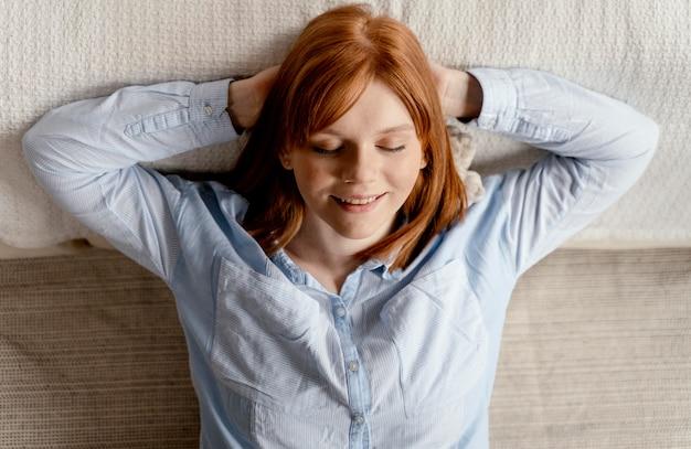 Porträtfrau zu hause entspannend