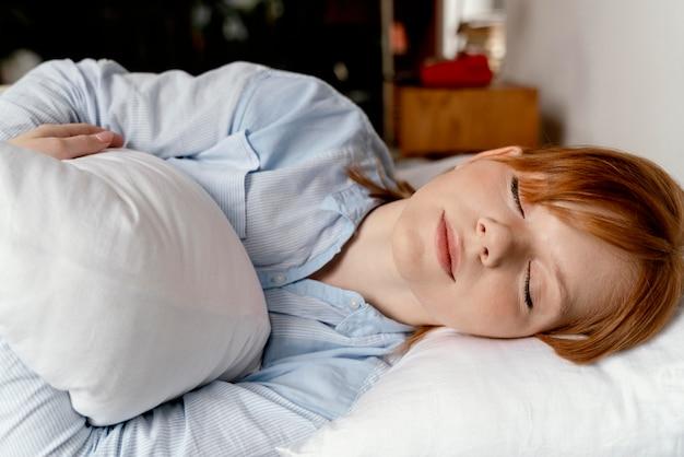Porträtfrau zu hause schlafend