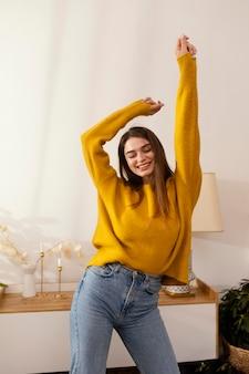 Porträtfrau zu hause tanzen
