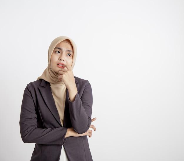 Porträtfrauen, die anzüge hijab tragen, sehen traurige pose, die das formale weiße hintergrundkonzept der kameraformale arbeit betrachtet