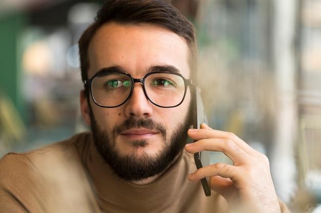 Porträtgeschäftsmann, der über telefon spricht
