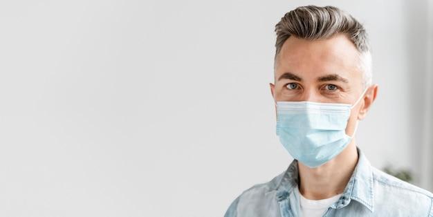 Porträtgeschäftsmann mit maske