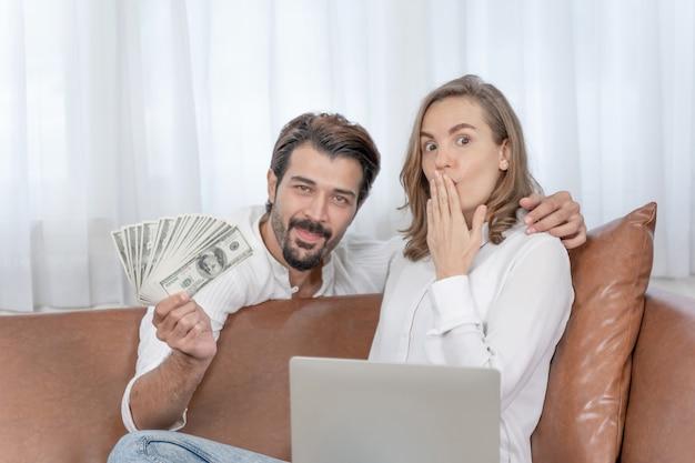 Porträtgeschäftsmann und geschäftsfrau, die den computer-laptop zu hause büro verwenden