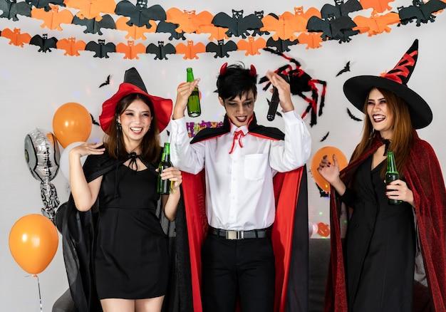 Porträtgruppe der asiatischen jungen erwachsenen, die halloween feiern