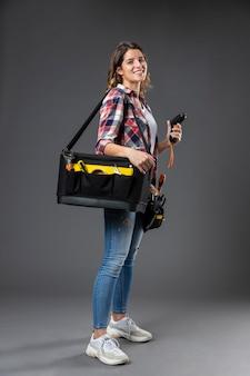 Porträthandwerksfrau mit werkzeugen Kostenlose Fotos