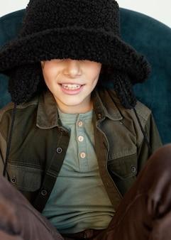 Porträtjunge, der wintermütze trägt
