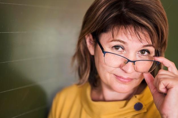 Porträtlehrer mit brille