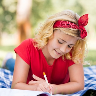 Porträtmädchen, das am kindertag schreibt