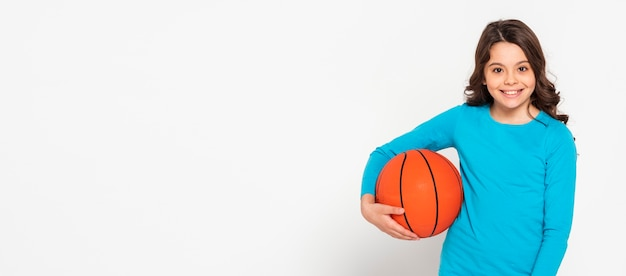 Porträtmädchen, das baskteballball hält