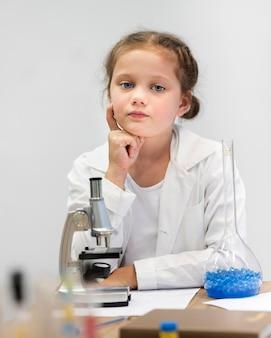 Porträtmädchen, das wissenschaft lernt