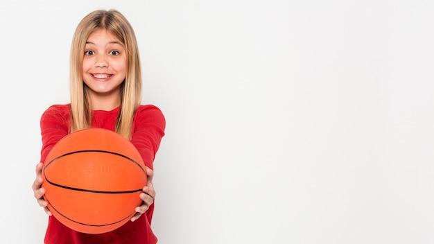 Porträtmädchen mit basketballball