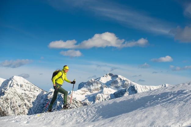 Porträtmann beim skifahren im winter