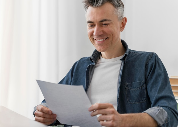 Porträtmann, der brief liest