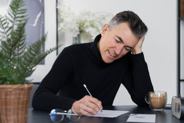 Porträtmann, der brief schreibt