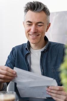 Porträtmann, der briefe liest