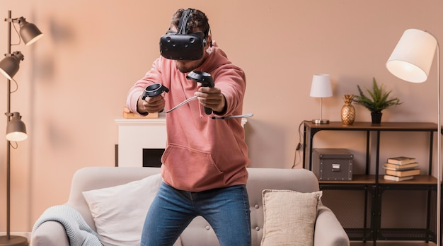 Porträtmann, der mit virtuellem kopfhörer spielt