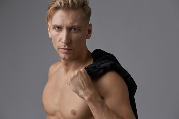 Porträtmann mit dem nackten torso