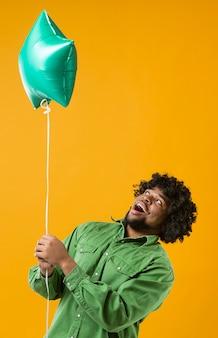 Porträtmann mit partyballon