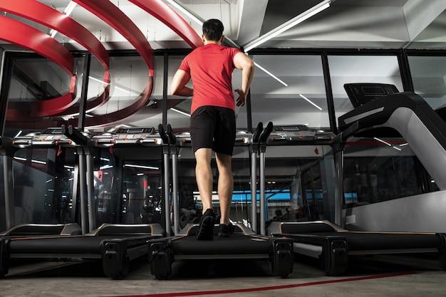 Porträtmann training im fitnessstudio