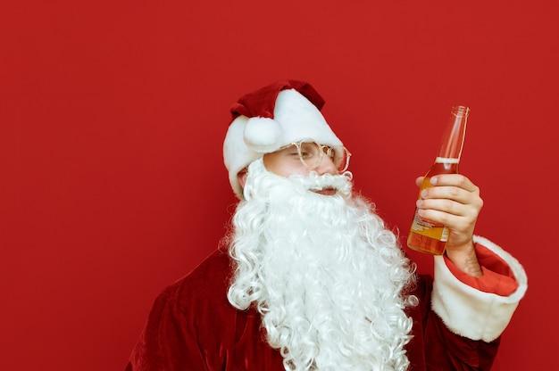 Porträtmann verkleidet als weihnachtsmann, der pizza und bier hält