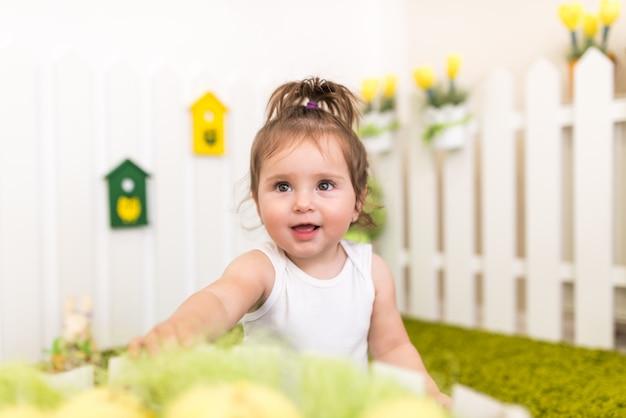 Porträtporträt eines niedlichen kleinen mädchens, das spielt
