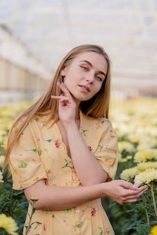 Porträtschönheit, die blumenkleid trägt