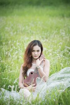 Portrait asia frauen mit ukulele