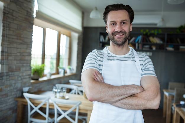 Portrait besitzer lächelnd in bäckerei stehen