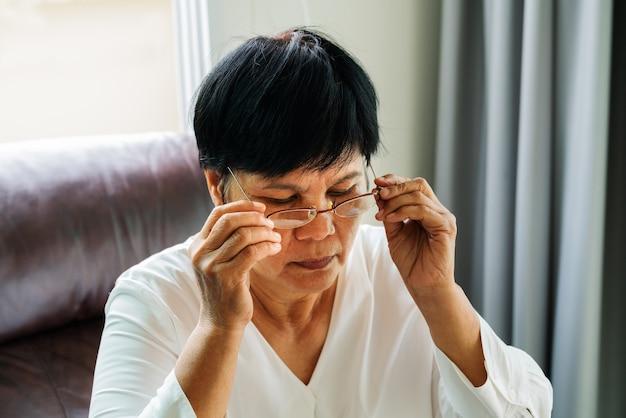 Portrait der alten frau ihre gläser tragend